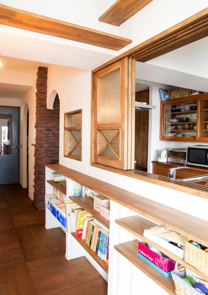 窓や扉で囲われた猫と暮らす家のキッチン事例