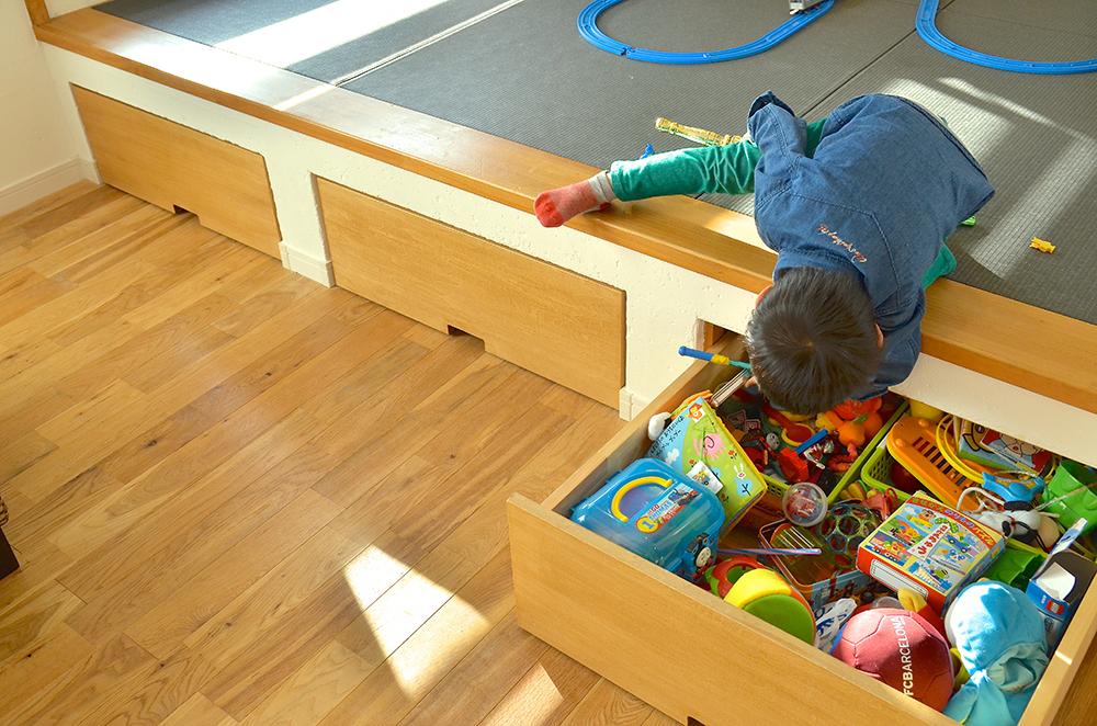子供達も喜んで片付けしそうな小上がりの和室を利用した収納アイディアの具体例