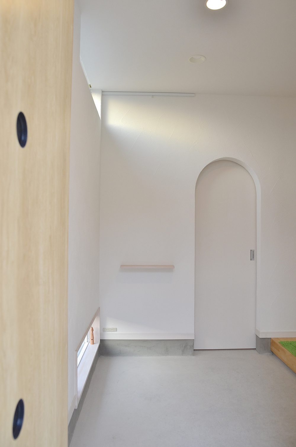玄関にスリット窓で採光すればおしゃれな空間になります(建築家と建てた注文住宅の施工例)