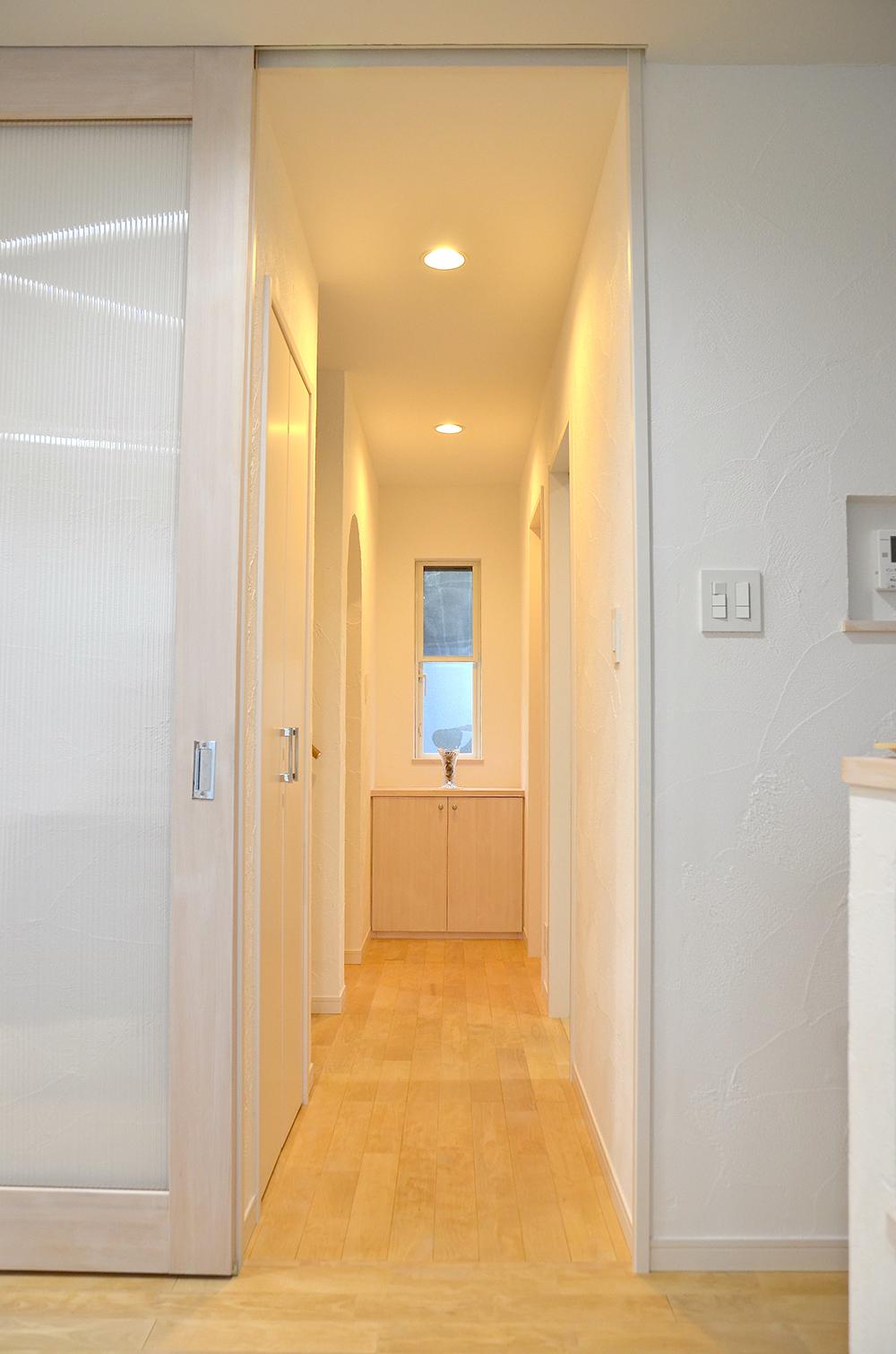 シンプルな平屋の動線、白を基調としたシンプルな廊下まわり