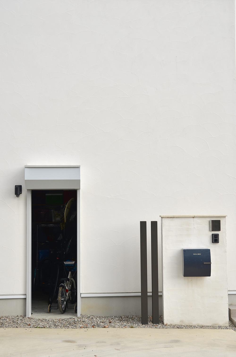 名古屋近郊のシンプルモダンの家の外観 宅配ボックスもデザインすると美しい施工実績写真