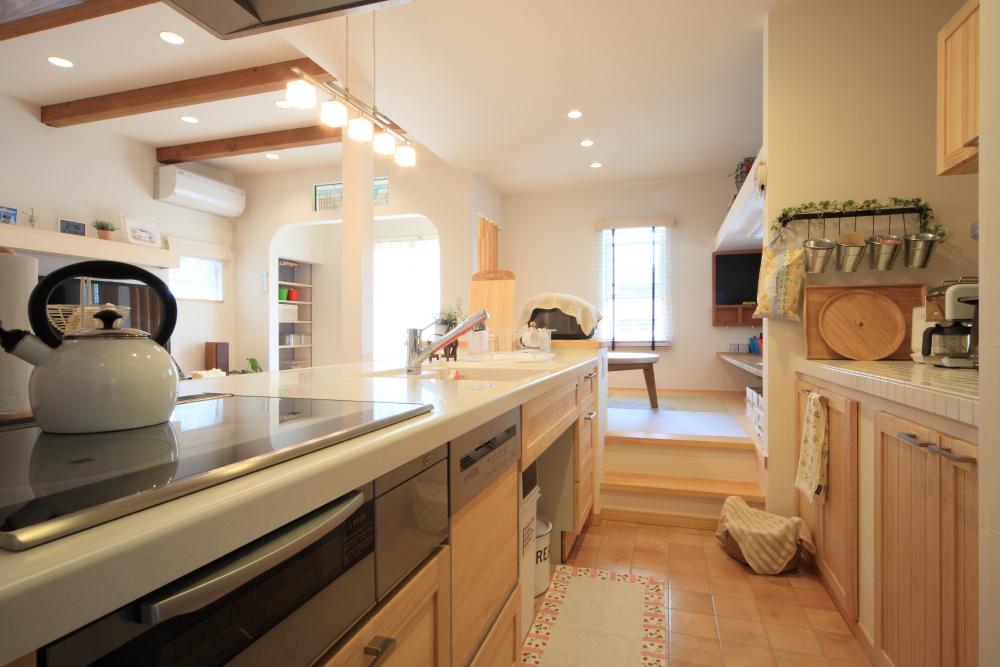 キッチンと並列させた動線の良い小上がりダイニング