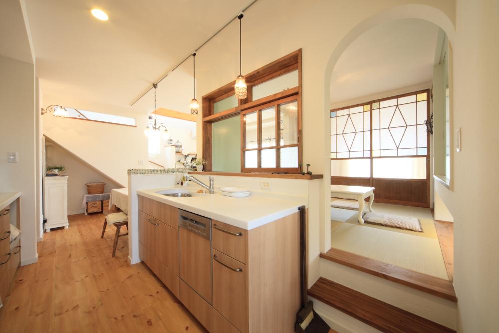 キッチンから様子が見やすい位置に配置した小上がり