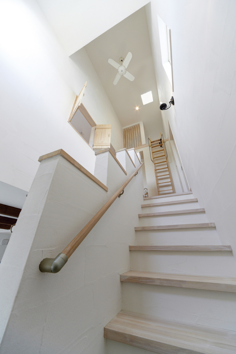 2階リビングからロフトへの階段