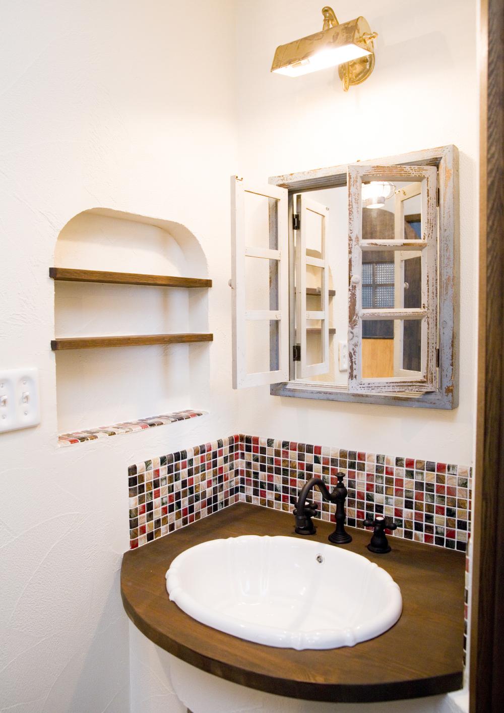 洗面所のタイルと木製建具がかわいい