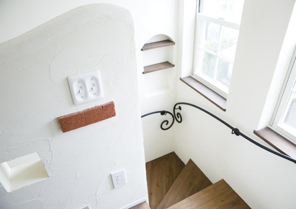 階段の手すり、壁のアールもかわいい