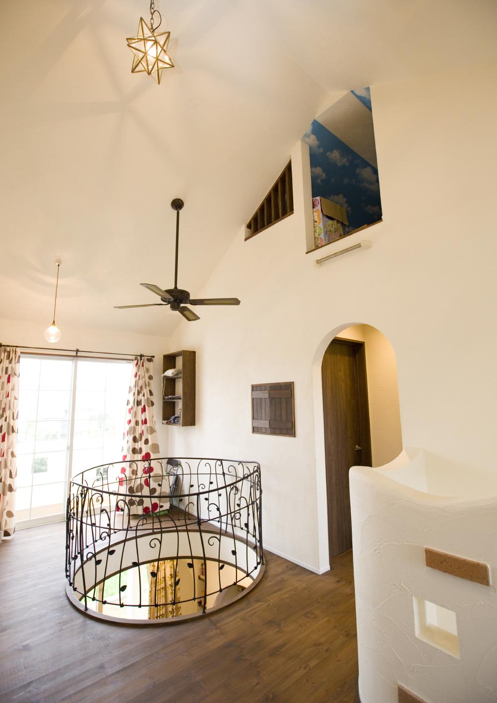 南欧風のかわいい家の内観、曲線づかいがかわいい家