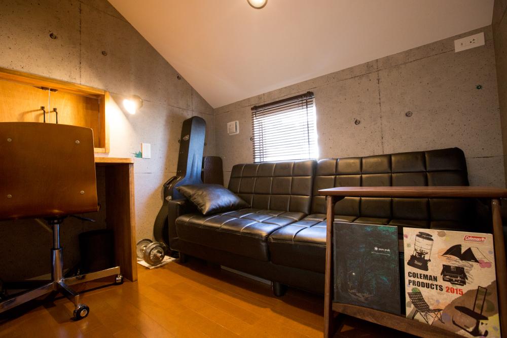 2階の小屋裏部分に設けた趣味&作業スペース