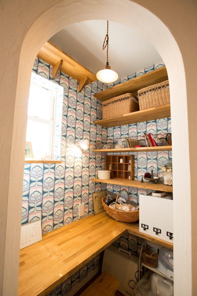 壁紙やアール壁がかわいい家事スペース