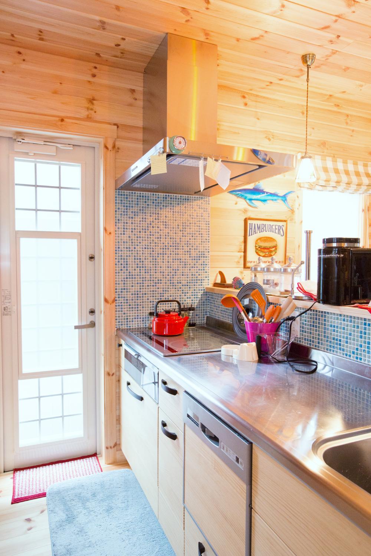 キッチンのモザイクタイルが木を引き立てる