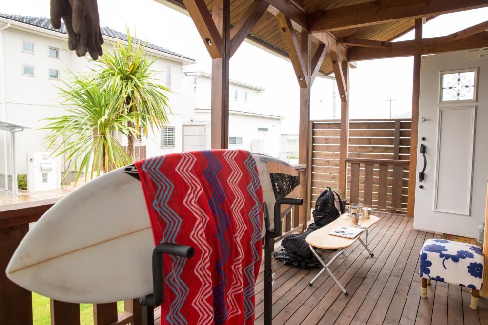 サーフボードのメンテナンスもしやすいカバードポーチは、日差しを遮り風の通りも良い快適な空間。