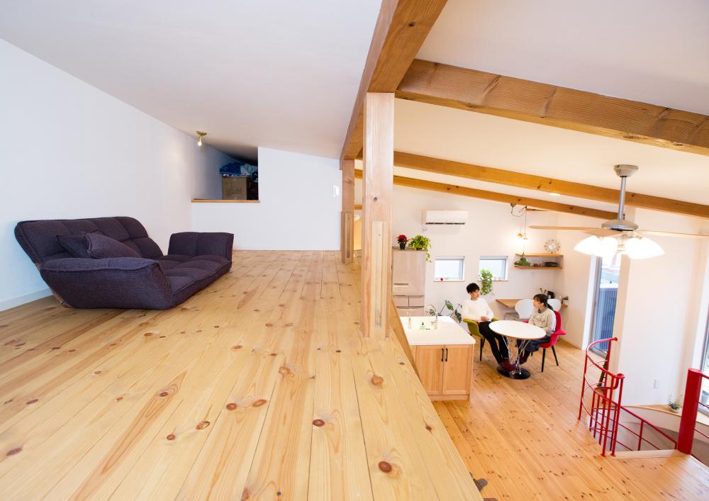 無垢材をふんだんに使ったロフトのある家、赤の螺旋階段がアクセントに