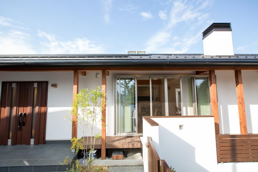 和モダンの家の外観:白を基調に無垢材のコントラストが