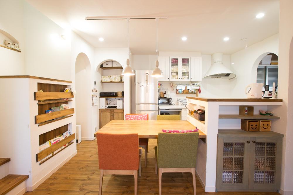 キッチン横のパントリーやカウンター回りなどに造作収納を使用