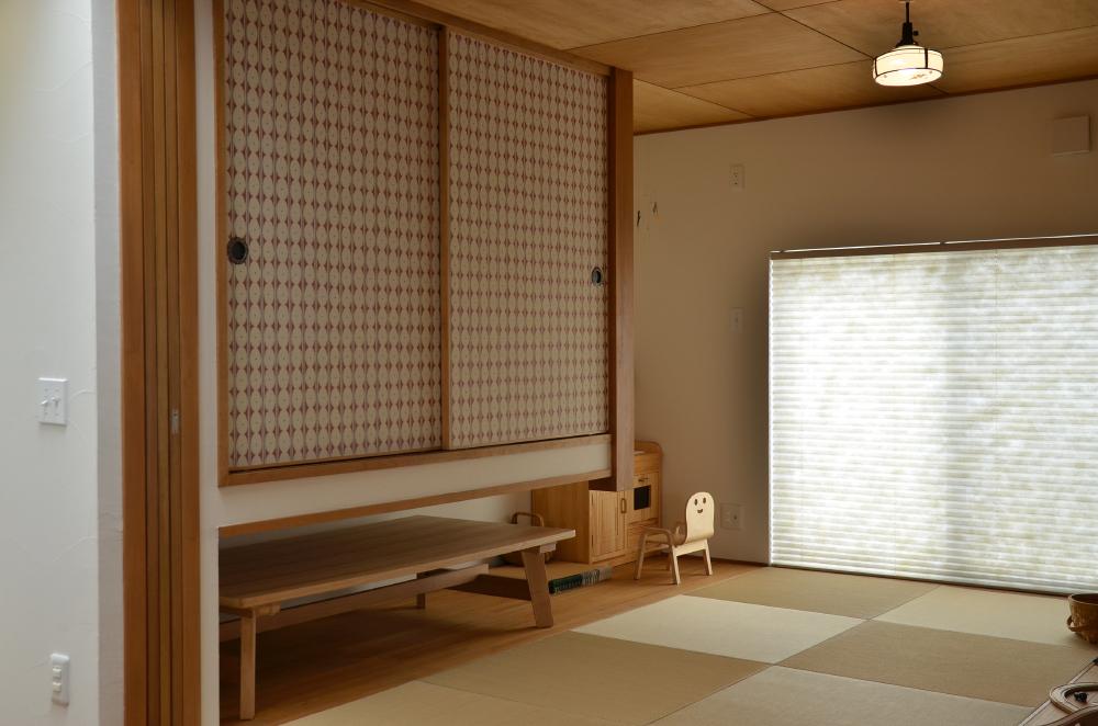 吊り押し入れのあるリビングの小上がり畳スペース