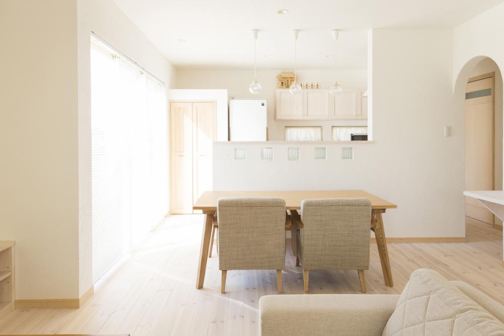 BLUE HOUSEの南欧風のかわいい家の特徴 やわらかな光が白い壁、無垢の木に溶け込みます