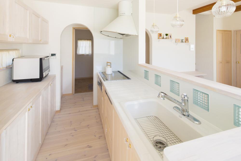 豊橋の注文住宅でキッチンから各部屋に回遊できる家事動線の建築実例