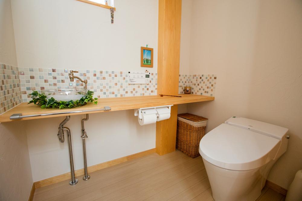 両世帯に使いやすい広めのトイレ