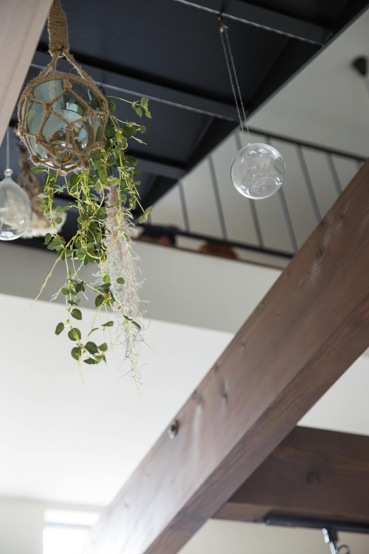 白い壁、梁の存在感、黒のアイアン、緑のバランスが見事に調和したカフェ風の家