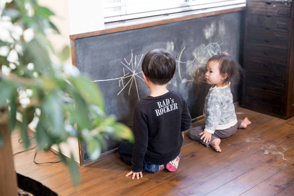 キッチン横には黒板が。家族の連絡板になったり、お子様たちの遊び場になったり。