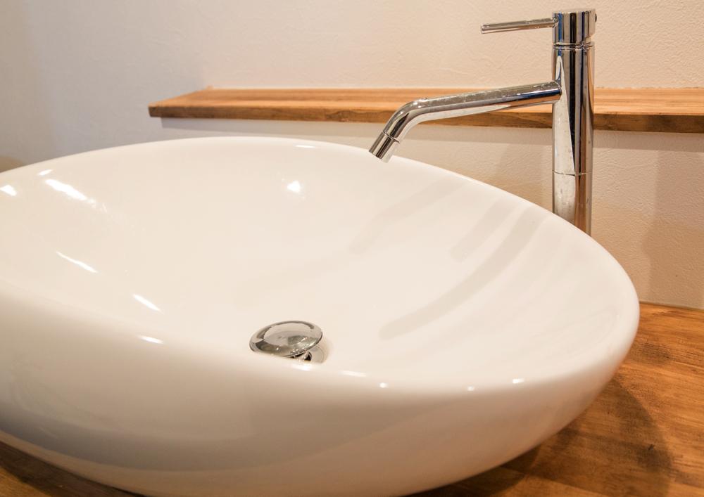 やさしい曲線デザインの上置き型洗面ボウル