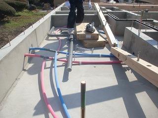 土台据え、基礎内水道配管工事完了!