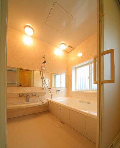解除もしやすい引き戸で広々浴室