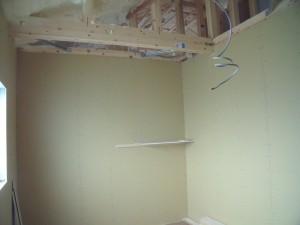 外部メッシュ貼り開始、2階壁ボード貼り工事中!