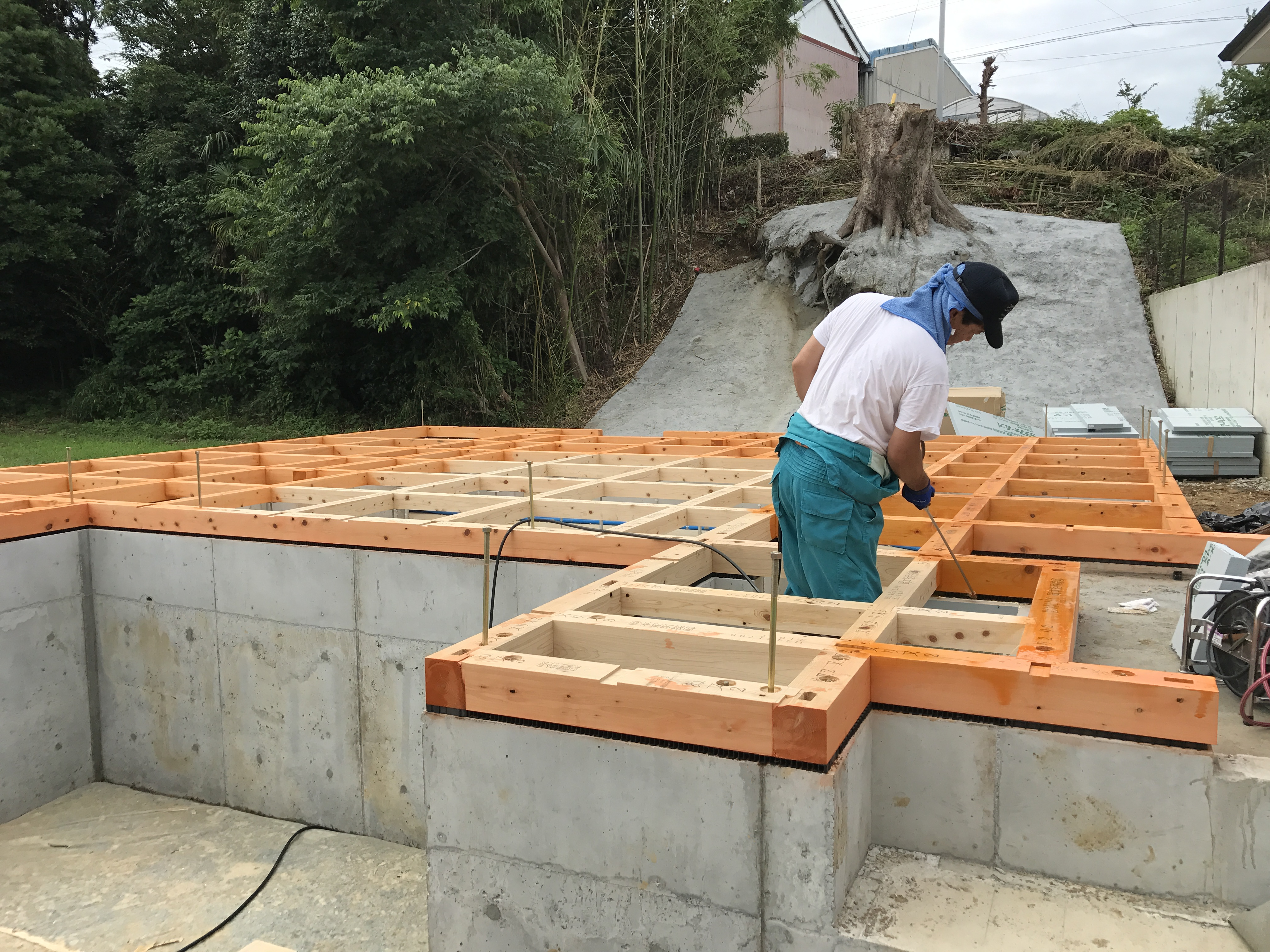 土台敷 防蟻工事 断熱材敷込み行いました。