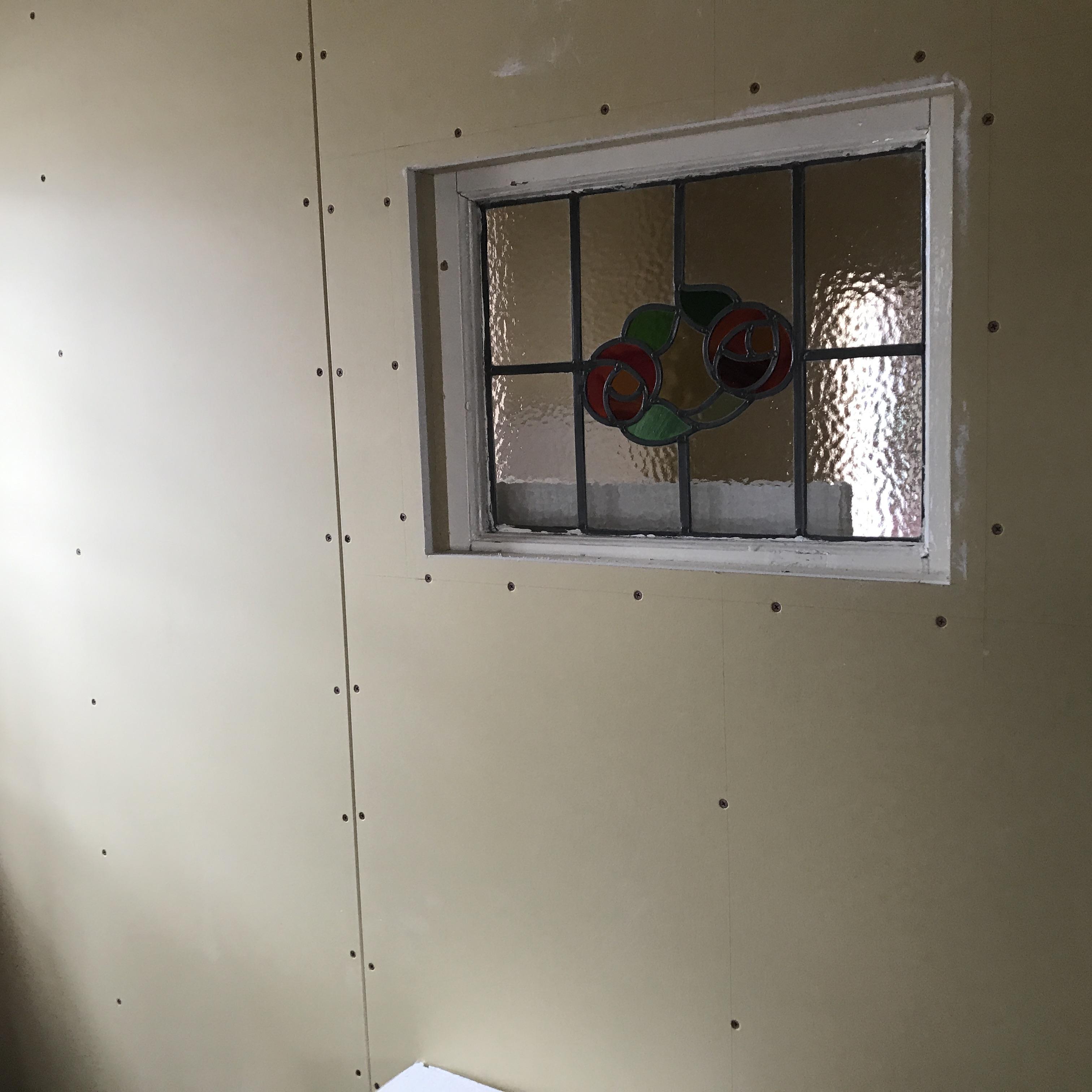 ステンドグラス壁へ埋め込みしました!