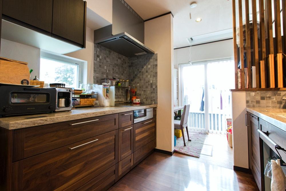 キッチンと物干し場の間に家事スペースを設けた間取り