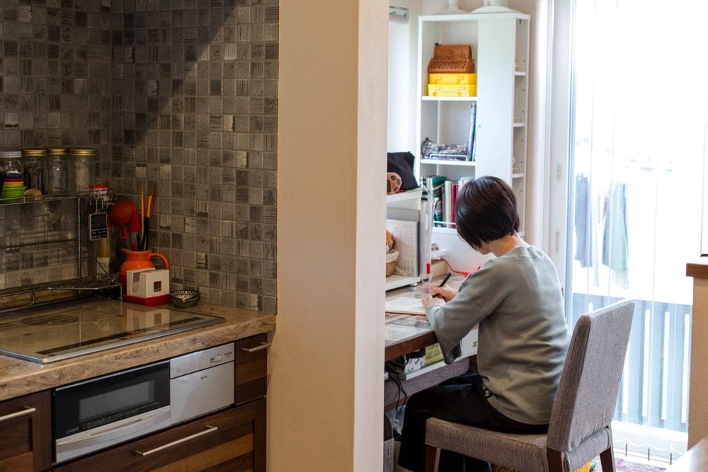 キッチン奥には奥様のための家事室が。奥の窓から出て、すぐ洗濯物を取り込みにいける便利な導線です。