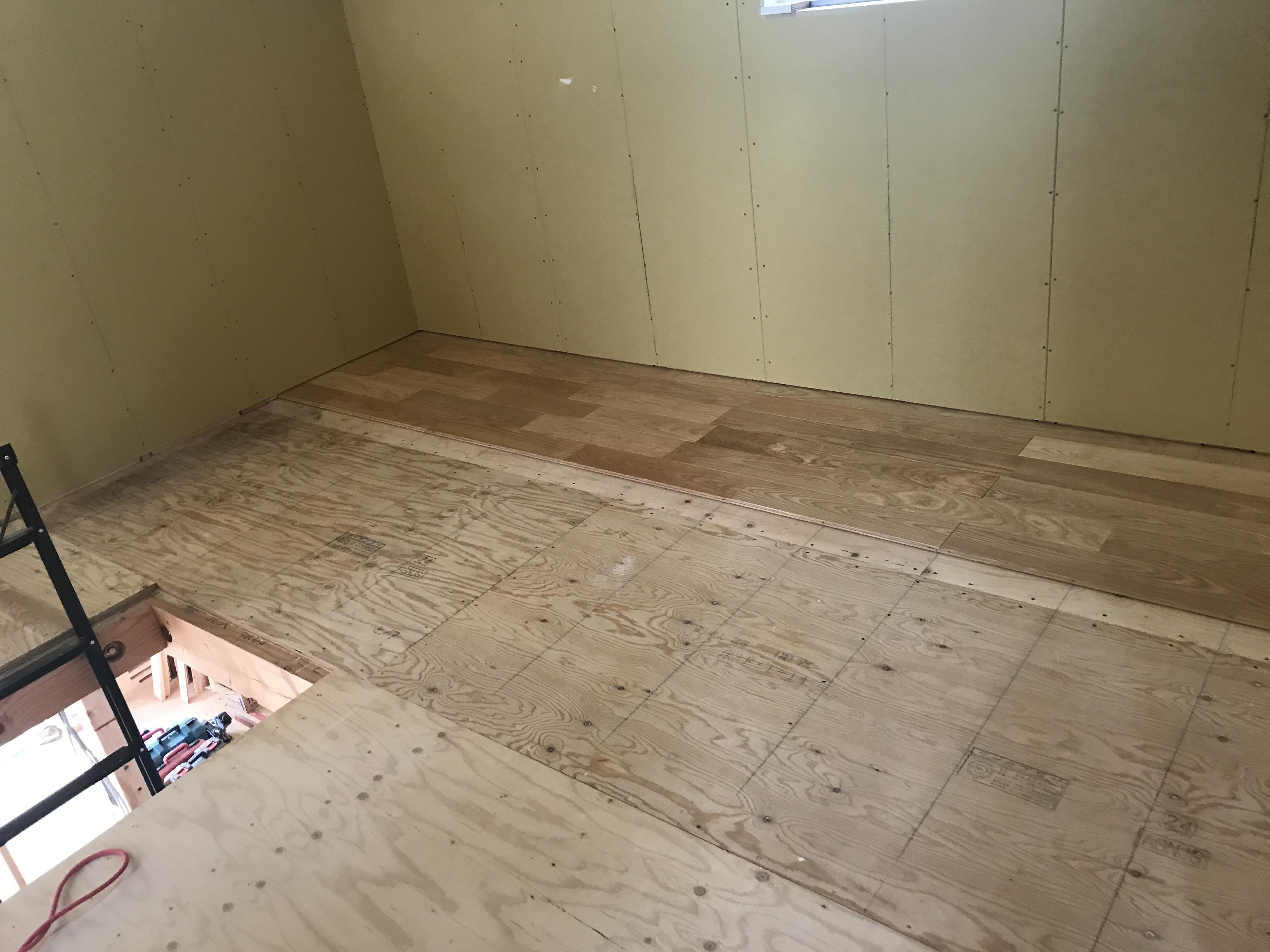 無垢タモ床材貼作業進行中です!