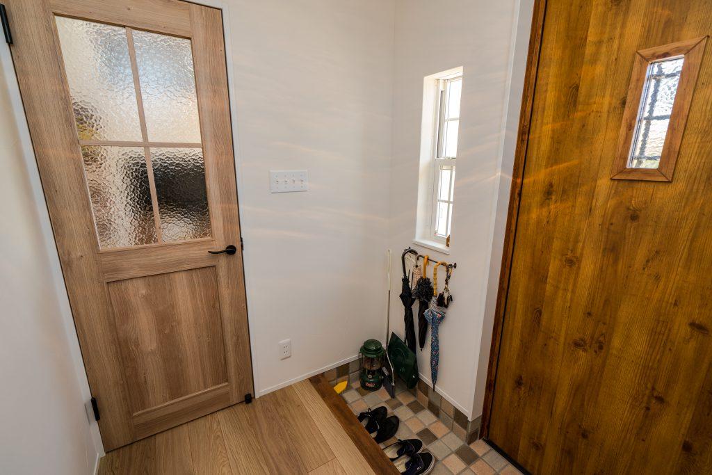 玄関と居室の間にドアを設置