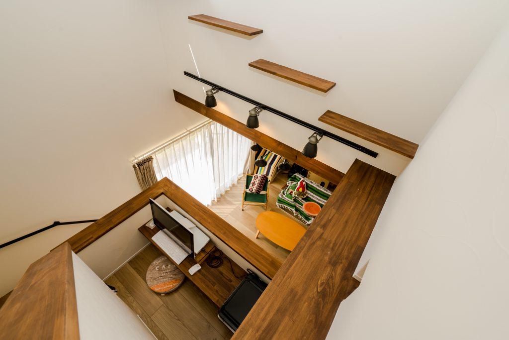 階段途中に設けられたデスクスペース