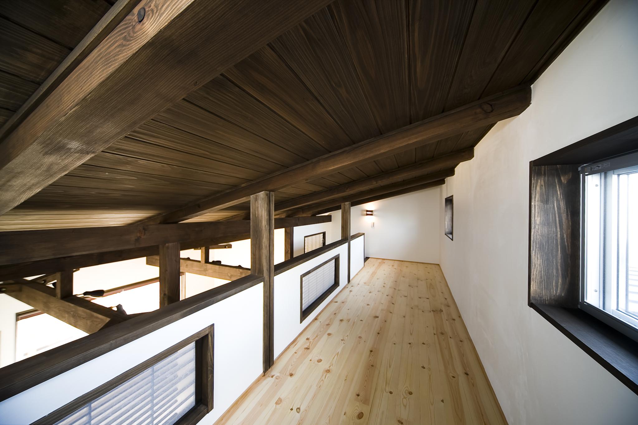 愛知の建築実例:内装 和モダンの梁の現し、天井裏も濃い目の色の無垢材で統一