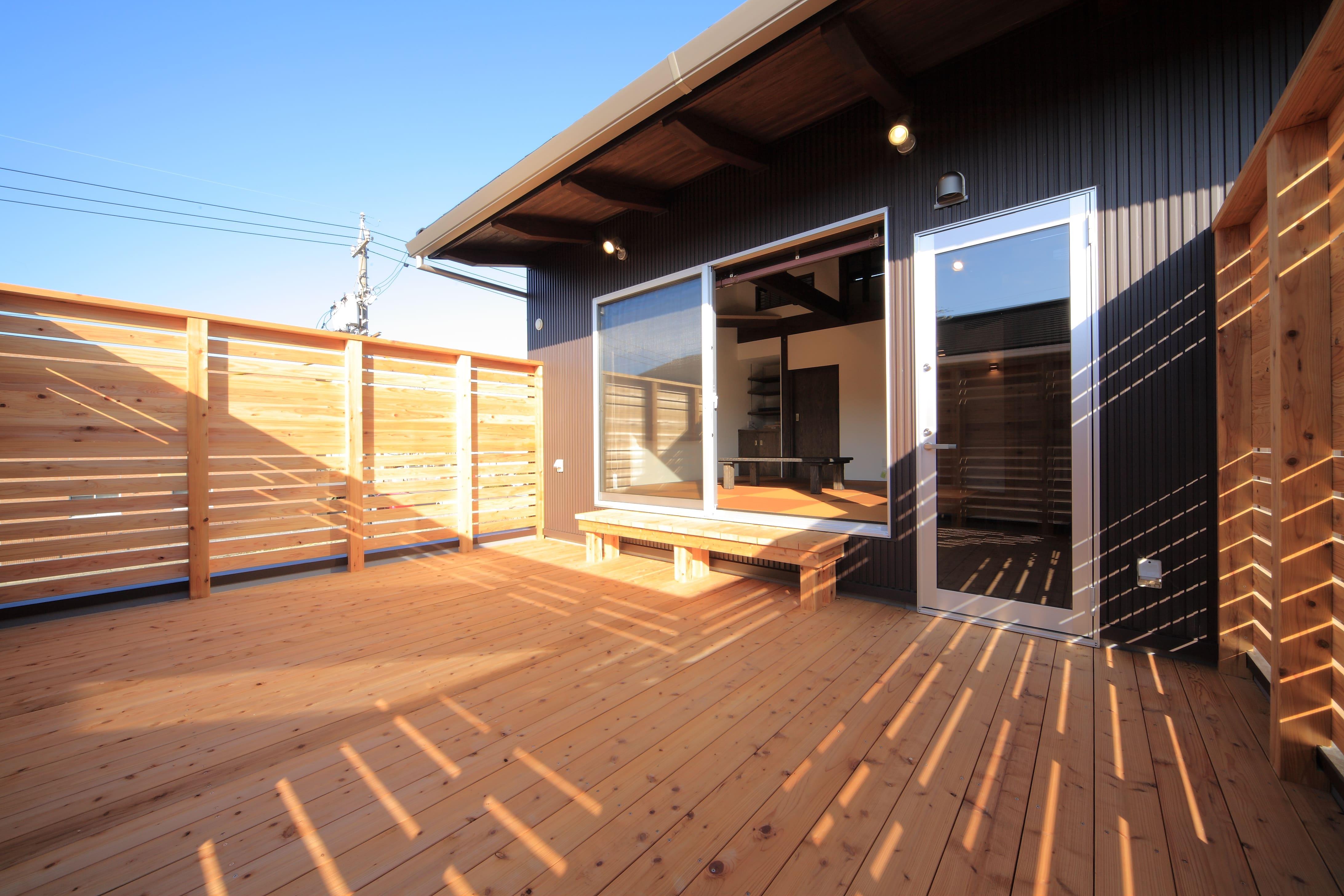 和モダンの家の屋上デッキ 星空も眺められる開放的な空間
