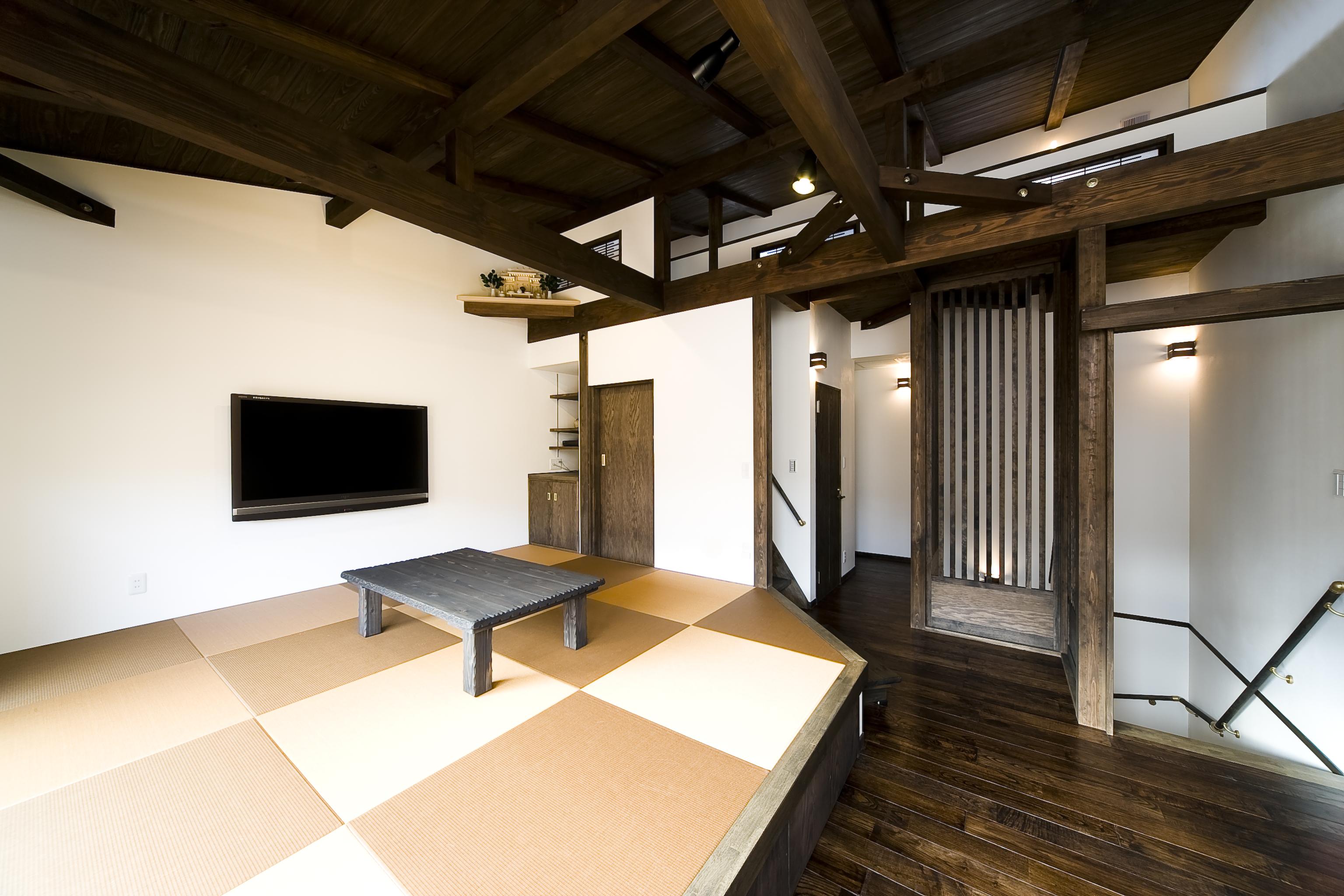 大人カッコイイモダンスタイルの家 小上がりの畳、和室でありながら洋風にも溶け込む