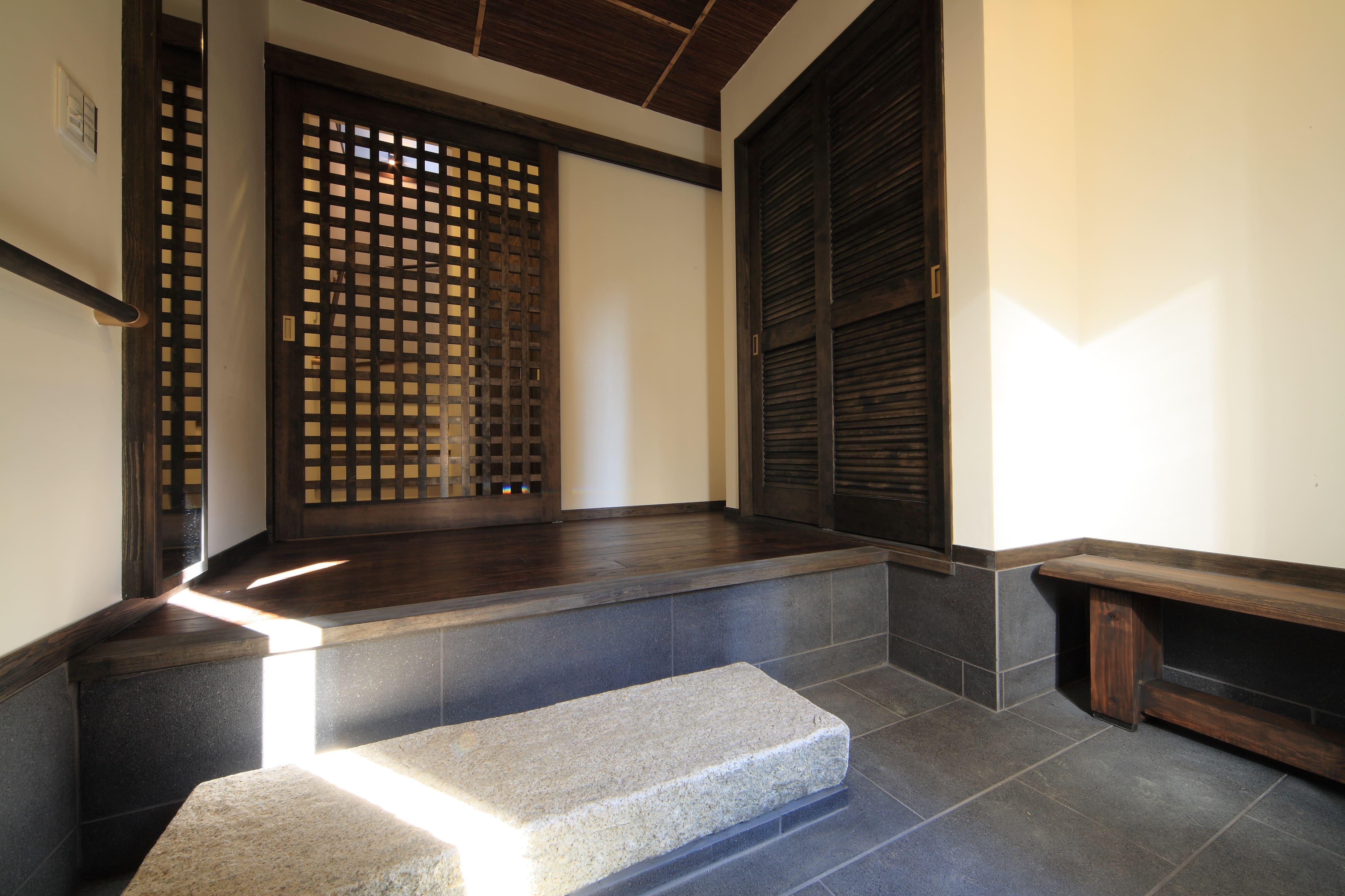 和モダンの玄関:土間からあがると格子の引き戸が美しい
