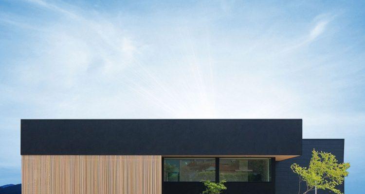和モダンの家の外観 黒の外壁