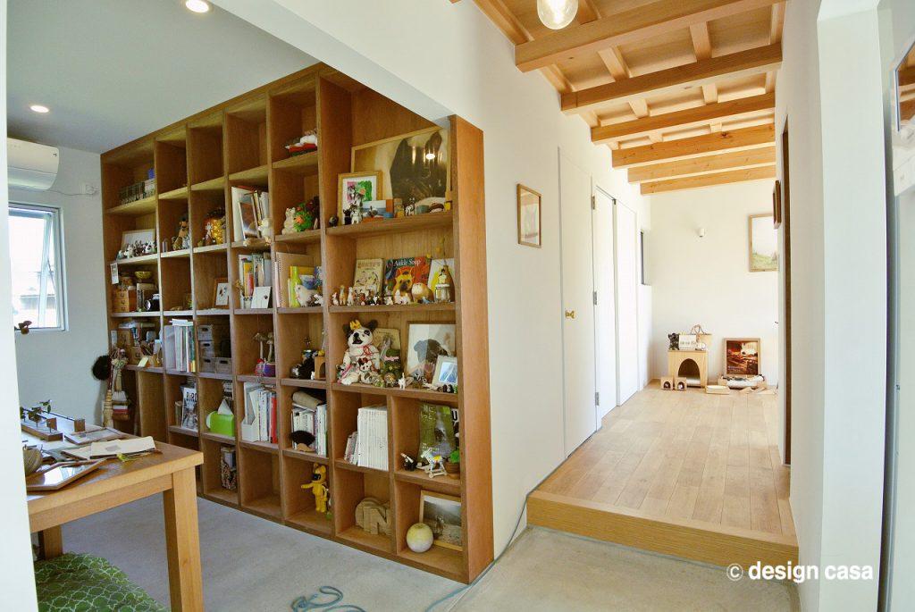 壁面収納と作業台のある土間仕上げの部屋