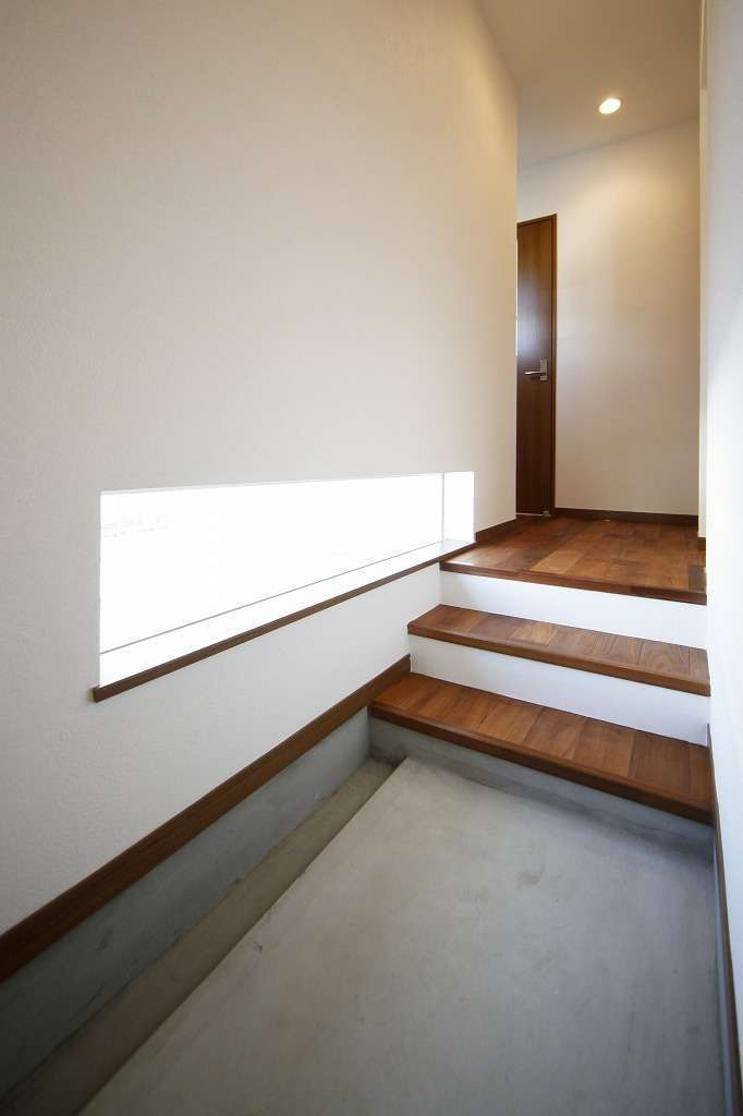 小さな平屋の玄関 スリット窓でプライバシーを確保しながら足元の明るさを確保