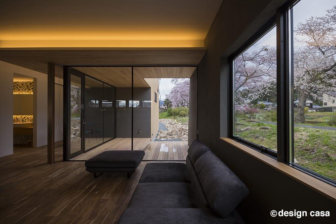 街と自然の境界線で暮らす平屋の内観デザイン