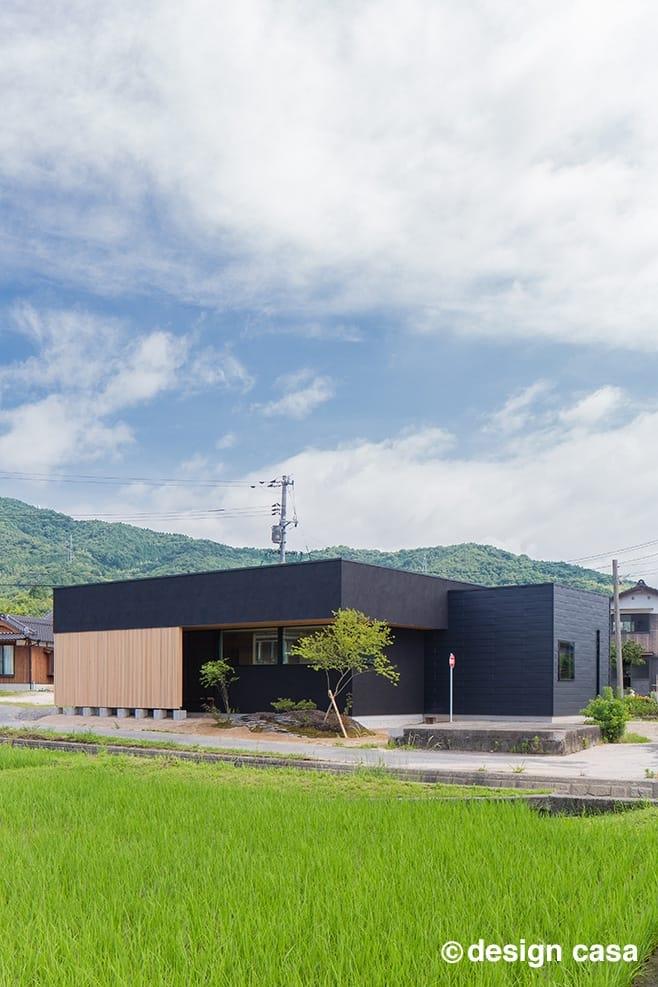 黒の外観の平屋の和モダンの家:外観が三河の自然に溶け込む