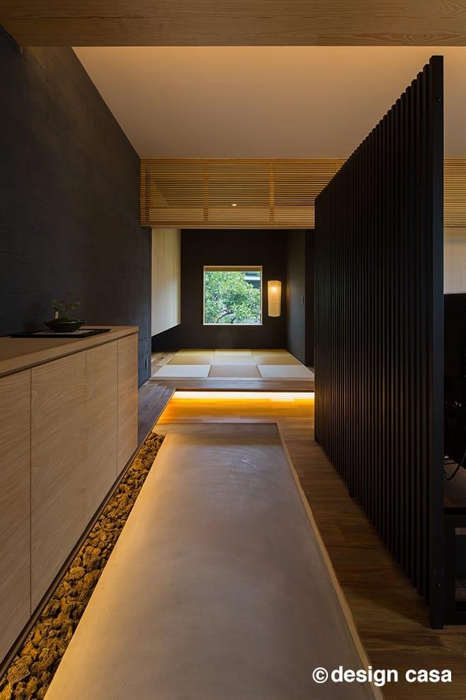 建築家と建てるおしゃれな注文住宅の間取り30選:玄関を入ると借景を額縁にした和モダンのオシャレな空間が広がります