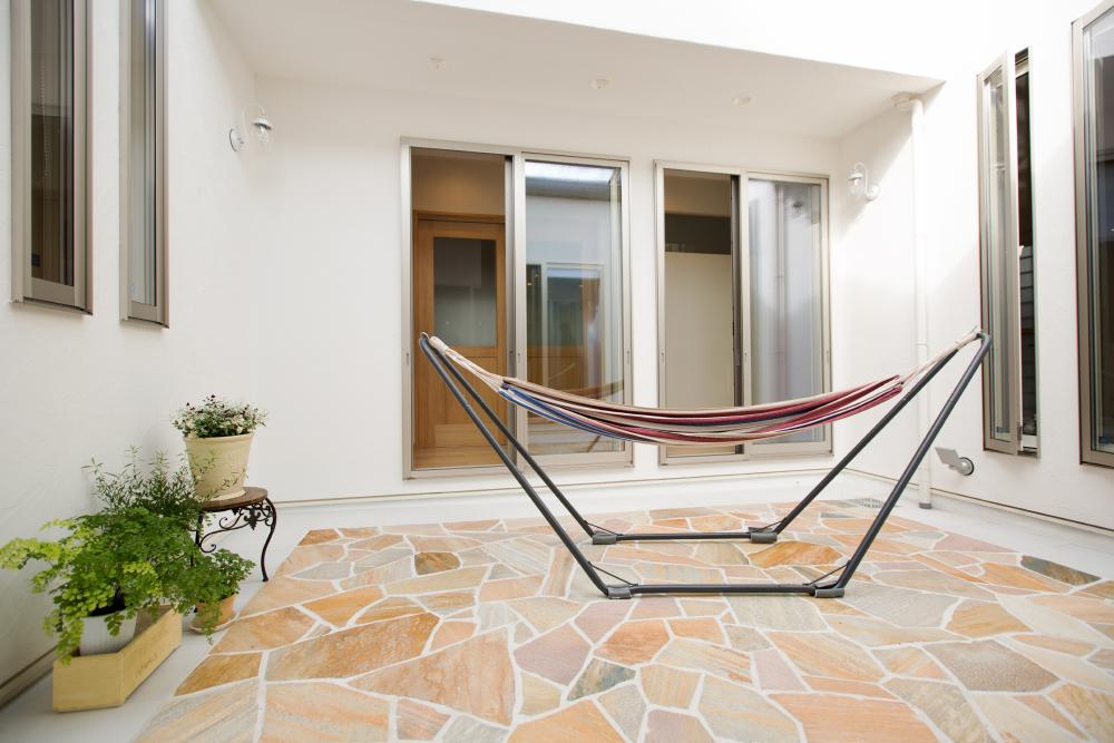 パティオ風の中庭のある二世帯住宅の事例
