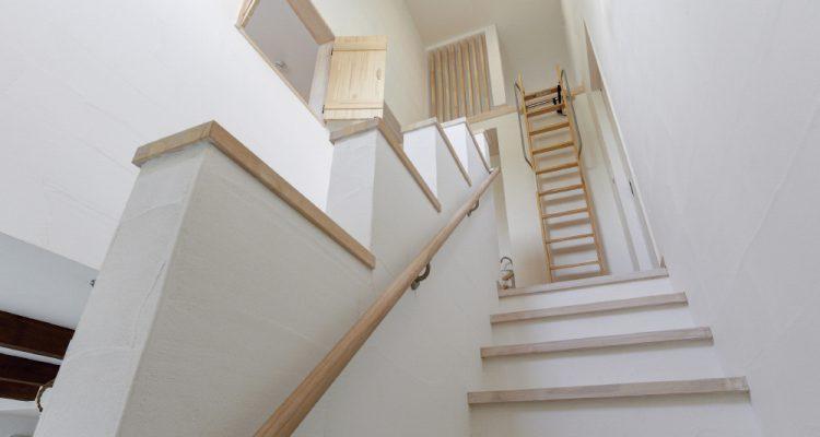 高気密高断熱のアイシネンの家の内観 吹き抜けなど自由度の高いデザインを実現する断熱材の魅力