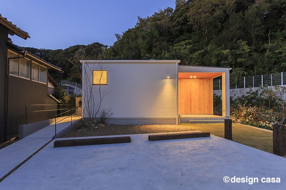 30坪のおしゃれな平屋の二世帯住宅の外観~二世帯住宅とは思えないシンプルなデザインが風景に溶け込んで落ち着きをもたらしてくれます