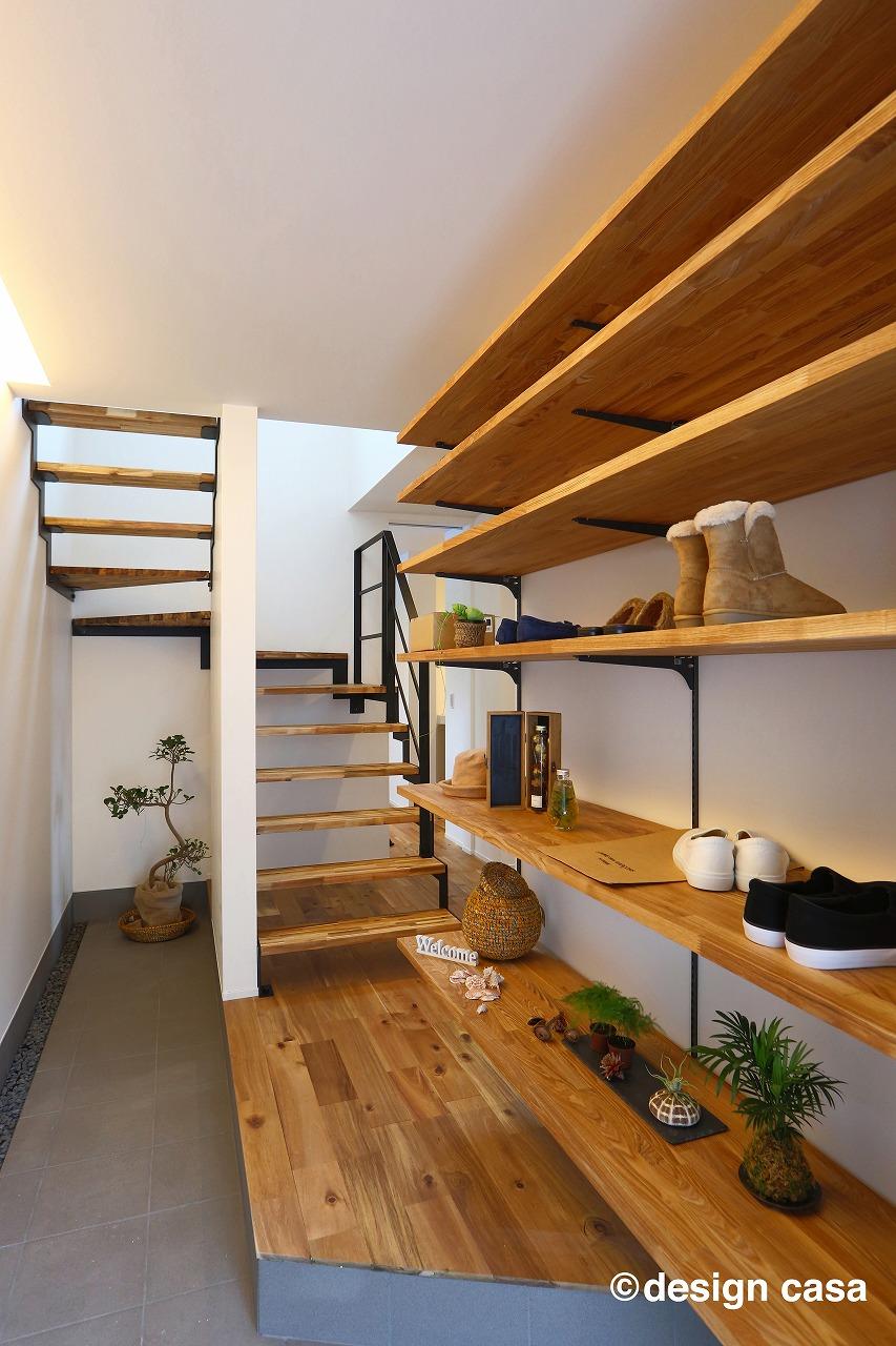 建築家と建てるおしゃれなガレージハウスの玄関(内観)シューズクローゼットの奥は階段とウォークインクローゼット