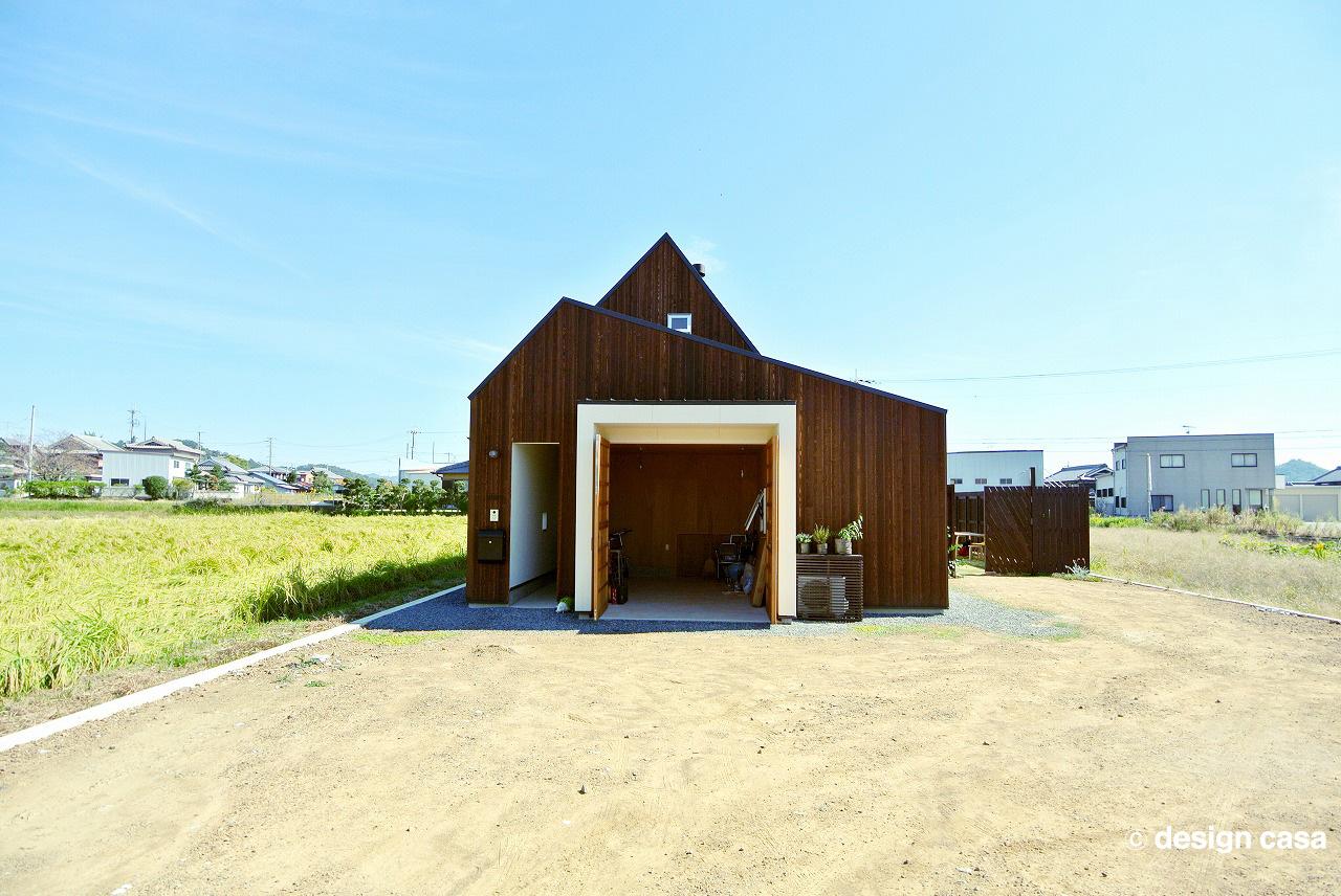 愛知・名古屋・豊橋の平屋のガレージハウスの建築実例(外観:遠景)シンプルなシルエットがナチュラル素材と絶妙のバランスでおしゃれ